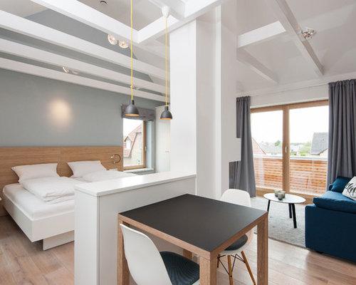Kleines Nordisches Wohnzimmer Ohne Kamin Mit Grauer Wandfarbe Und Braunem  Holzboden In Sonstige
