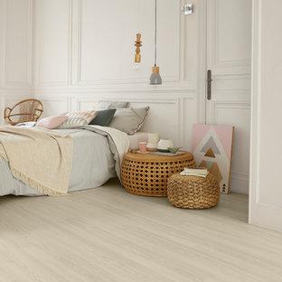 Mittelgroßes Skandinavisches Schlafzimmer Mit Weißer Wandfarbe Und Hellem  Holzboden In Dresden