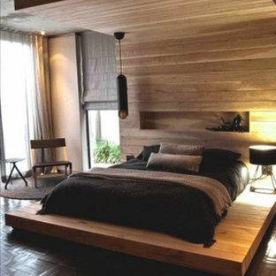 Imagen de dormitorio principal, actual, de tamaño medio, con paredes grises, suelo de corcho y suelo marrón