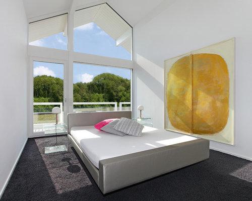 Mittelgroßes Modernes Hauptschlafzimmer Ohne Kamin Mit Weißer Wandfarbe,  Teppichboden Und Braunem Boden In Sonstige