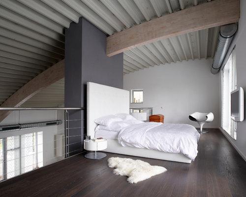 wohnidee fr groe industrial schlafzimmer ohne kamin im loft style mit dunklem holzboden und - Wandgestaltung Im Schlafzimmer