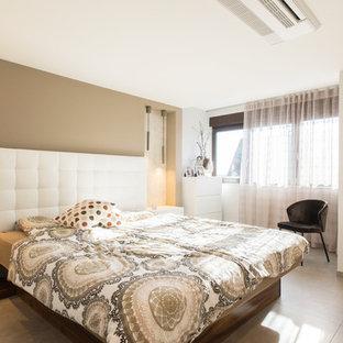Großes Modernes Hauptschlafzimmer ohne Kamin mit weißer Wandfarbe, Betonboden und grauem Boden in Nürnberg