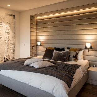 Modernes Schlafzimmer mit beiger Wandfarbe, dunklem Holzboden und braunem Boden in Bremen