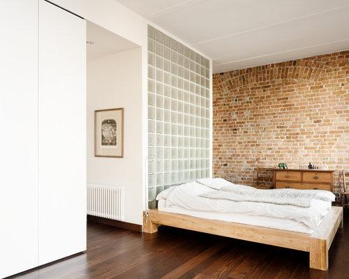 Mittelgroßes Modernes Schlafzimmer Ohne Kamin Mit Brauner Wandfarbe Und  Dunklem Holzboden In Berlin