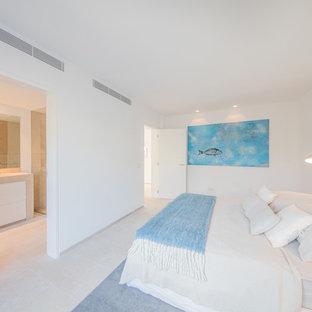 Ispirazione per una grande camera degli ospiti stile marinaro con pareti bianche, pavimento in marmo e nessun camino
