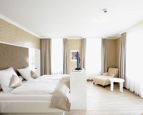 Großes Klassisches Hauptschlafzimmer Ohne Kamin Mit Beiger Wandfarbe Und  Hellem Holzboden In Frankfurt Am Main