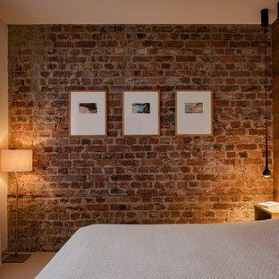 Ispirazione per una piccola camera matrimoniale industriale con pareti rosse, moquette, pavimento beige e nessun camino
