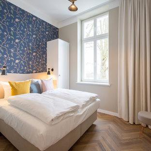 Mittelgroßes Modernes Hauptschlafzimmer Ohne Kamin Mit Blauer Wandfarbe,  Braunem Holzboden Und Braunem Boden In Berlin