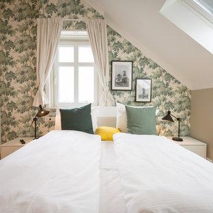 Mittelgroßes Modernes Hauptschlafzimmer mit grüner Wandfarbe, braunem Holzboden und braunem Boden in Berlin