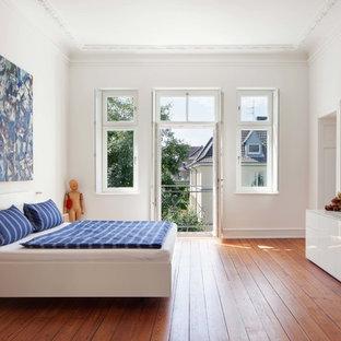 Mittelgroßes Modernes Hauptschlafzimmer Mit Weißer Wandfarbe Und Braunem  Holzboden In Köln