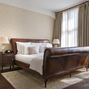 Mittelgroßes Klassisches Hauptschlafzimmer mit beiger Wandfarbe, dunklem Holzboden und braunem Boden in Berlin