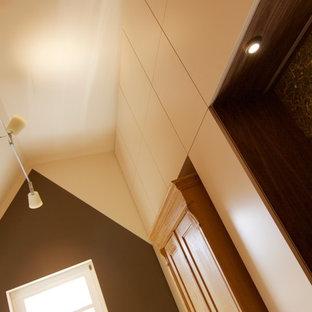 Imagen de dormitorio contemporáneo con paredes multicolor y suelo de corcho