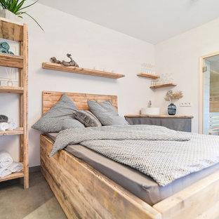 Свежая идея для дизайна: большая спальня на антресоли в стиле кантри с коричневыми стенами, кирпичным полом, горизонтальным камином, фасадом камина из плитки и желтым полом - отличное фото интерьера