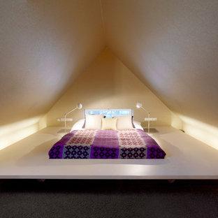 Immagine di una piccola camera da letto design con pareti bianche, moquette e nessun camino