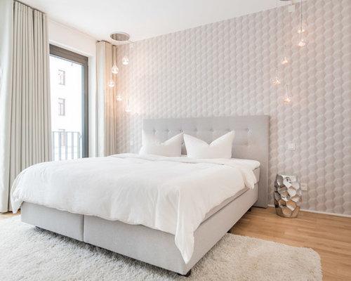Mittelgroßes Skandinavisches Hauptschlafzimmer Ohne Kamin Mit Weißer  Wandfarbe, Braunem Holzboden Und Braunem Boden In Berlin