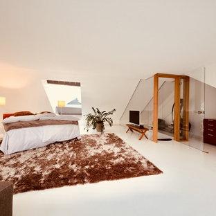 Imagen de dormitorio principal, minimalista, extra grande, sin chimenea, con paredes blancas, suelo de linóleo y suelo blanco