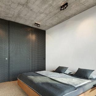 Mittelgroßes Modernes Schlafzimmer mit weißer Wandfarbe und buntem Boden in Sonstige