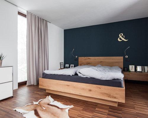 Mittelgroßes Nordisches Hauptschlafzimmer Mit Blauer Wandfarbe In München