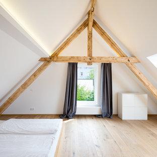 Пример оригинального дизайна: большая спальня в скандинавском стиле с белыми стенами и светлым паркетным полом без камина