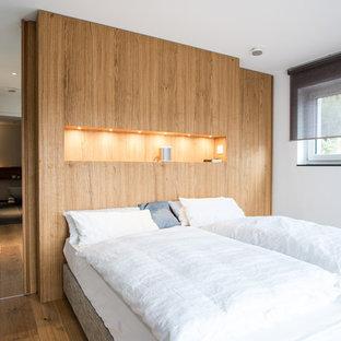 Mittelgroßes Nordisches Hauptschlafzimmer Ohne Kamin Mit Weißer Wandfarbe,  Braunem Holzboden Und Braunem Boden In Stuttgart