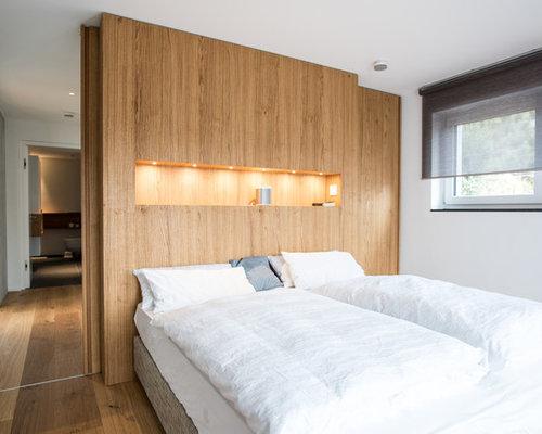 Mittelgrosses Nordisches Hauptschlafzimmer Ohne Kamin Mit Weisser Wandfarbe Braunem Holzboden Und Boden In Stuttgart