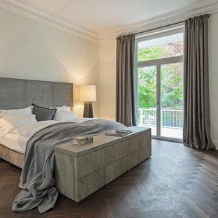 Großes Modernes Hauptschlafzimmer ohne Kamin mit weißer Wandfarbe, dunklem Holzboden und braunem Boden in Frankfurt am Main