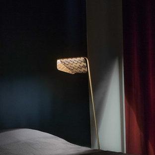 Ejemplo de dormitorio principal, escandinavo, de tamaño medio, con paredes azules, suelo de madera oscura, chimenea tradicional, marco de chimenea de yeso y suelo marrón
