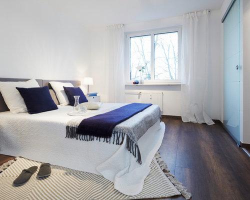 Mittelgroßes Modernes Hauptschlafzimmer Ohne Kamin Mit Weißer Wandfarbe,  Dunklem Holzboden Und Braunem Boden In Nürnberg