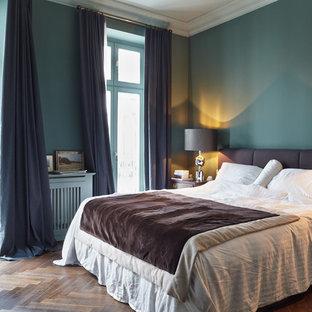 Источник вдохновения для домашнего уюта: хозяйская спальня среднего размера в стиле фьюжн с синими стенами, паркетным полом среднего тона и синими шторами без камина