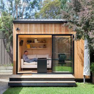 Aménagement d'un petit abri de jardin séparé contemporain avec un bureau, studio ou atelier.