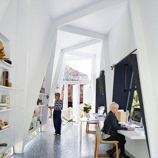 Inredning av ett modernt litet fristående kontor, studio eller verkstad
