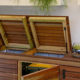 Idéer för att renovera en mellanstor shabby chic-inspirerad fristående garage och förråd