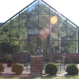 Exempel på en mycket stor klassisk fristående garage och förråd, med växthus