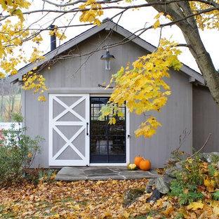 Idée de décoration pour un abri de jardin champêtre de taille moyenne.