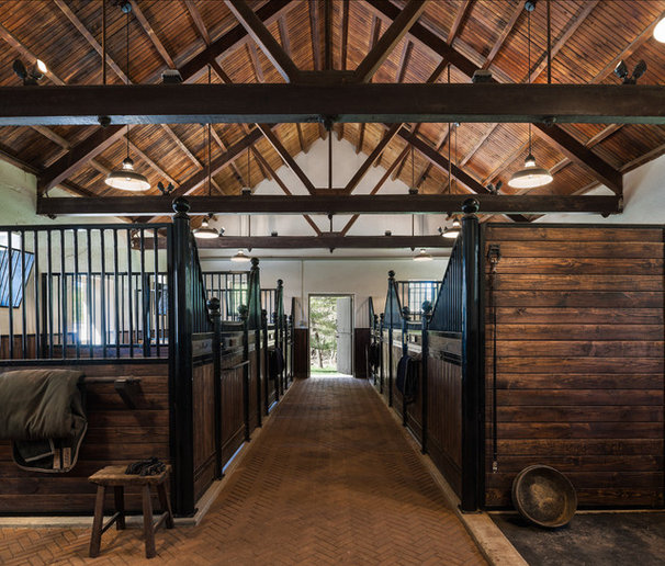 Farmhouse Garage And Shed by Archer & Buchanan Architecture, Ltd.