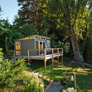 Cette image montre une maison d'amis séparée minimaliste de taille moyenne.