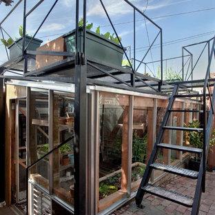 Bild på en funkis garage och förråd, med växthus