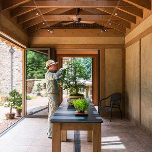 Cette image montre un petit abri de jardin séparé asiatique avec un abri de jardin.