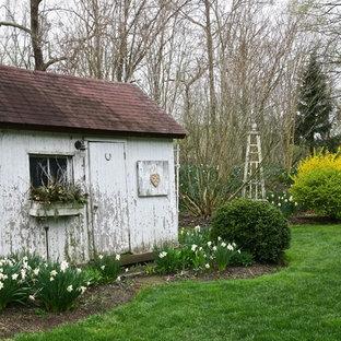 Idéer för ett shabby chic-inspirerat fristående trädgårdsskjul