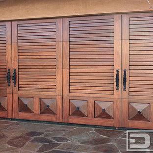Exempel på en medelhavsstil garage och förråd