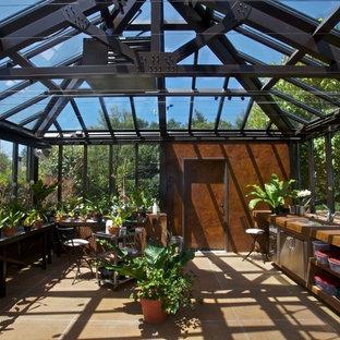 Inspiration för en mycket stor vintage fristående garage och förråd, med växthus