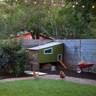 Idée de décoration pour un abri de jardin séparé champêtre.