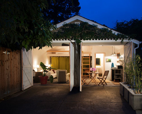 Example of a trendy guesthouse design in Santa Barbara
