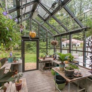 Exempel på en mellanstor klassisk garage och förråd, med växthus
