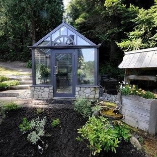 Foto på en funkis garage och förråd, med växthus