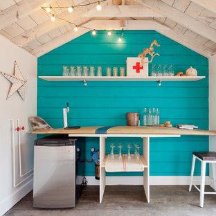Aménagement d'un abri de jardin bord de mer avec un bureau, studio ou atelier.