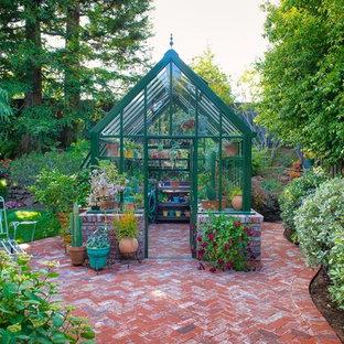 Idéer för mellanstora vintage fristående garager och förråd, med växthus