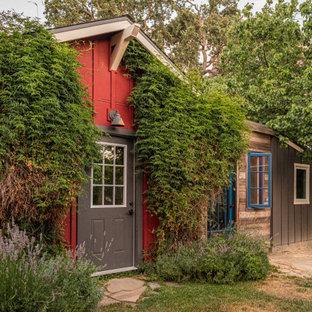 Cette photo montre un abri de jardin séparé nature de taille moyenne avec un bureau, studio ou atelier.
