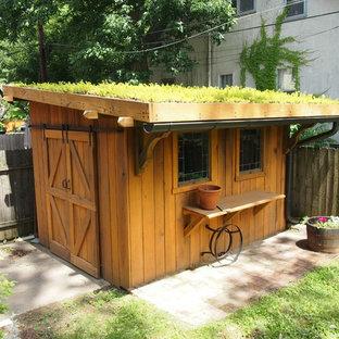 Klassisk inredning av ett litet fristående trädgårdsskjul