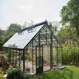 Idéer för att renovera en vintage fristående garage och förråd, med växthus